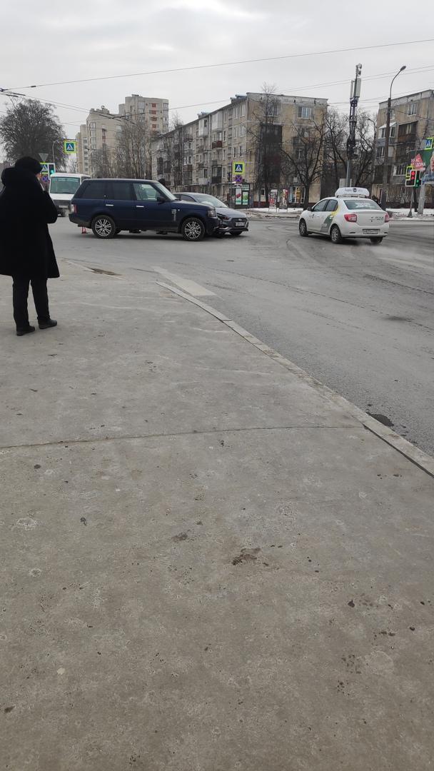 Хенде и Рендж не поделили проезд перекрёстка проспекта Юрия Гагарина и Бассейной Проезду мешают.
