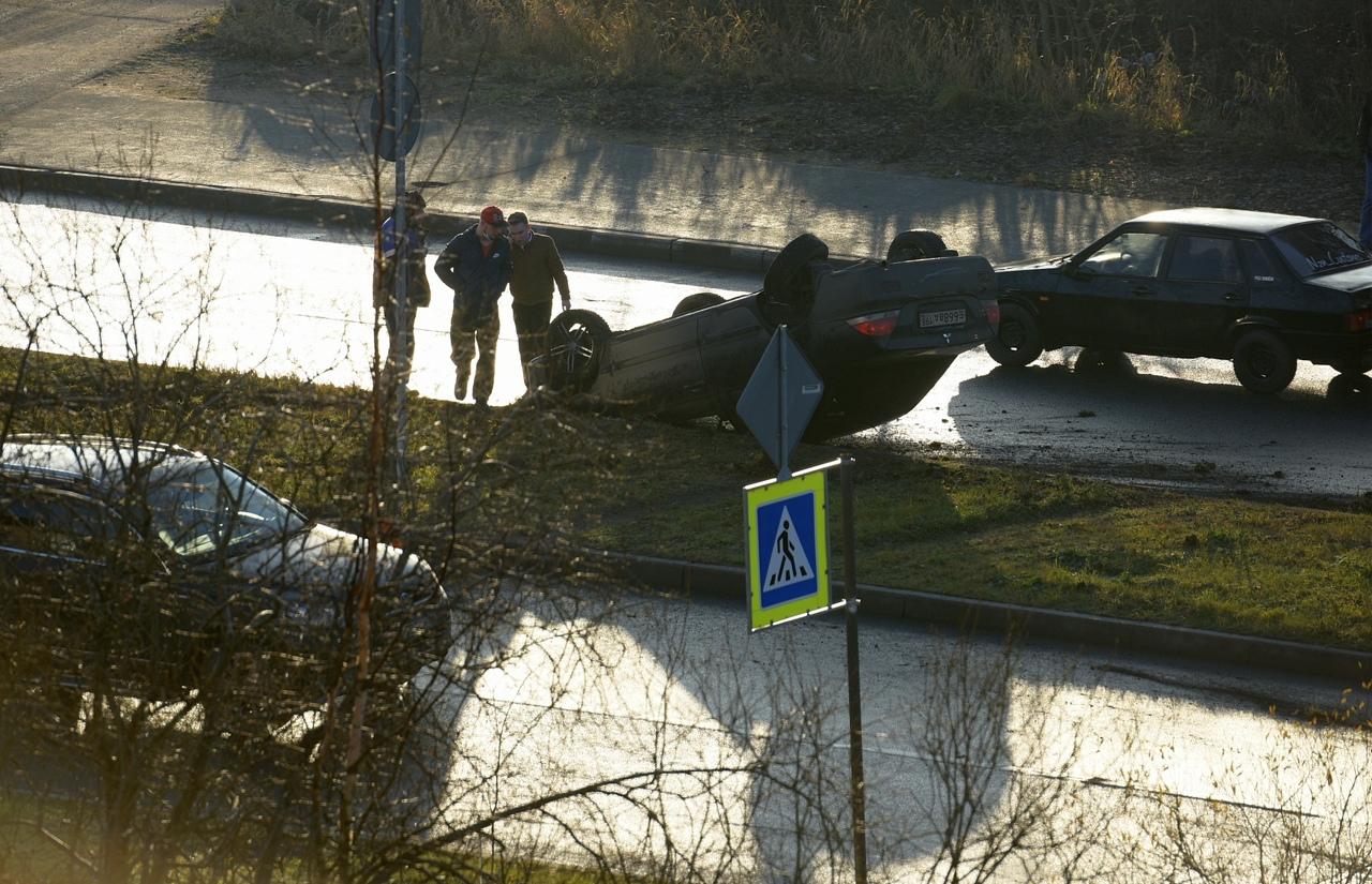 Автомобиль прилег на крышу в Петергофе на Гостилицком шоссе... Предыстория неизвестна, других участн...