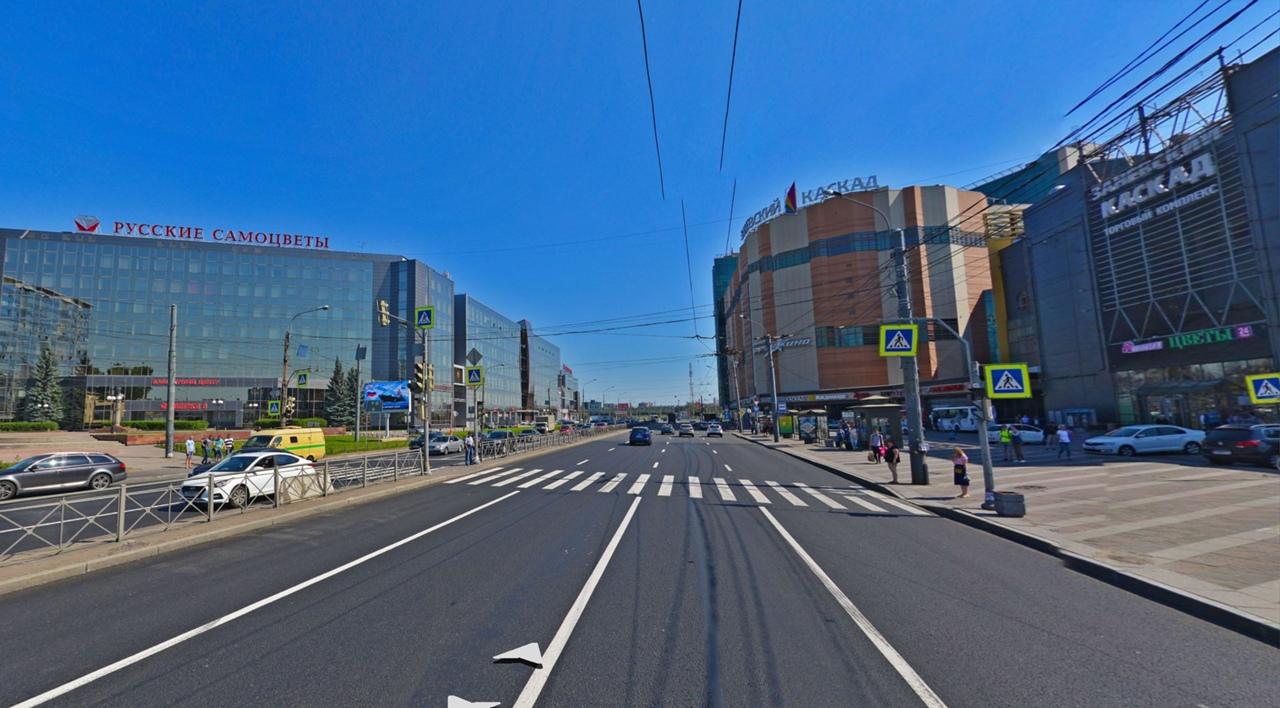 На перекрестке дублёра проспекта Стачек и улицы Маршала Казакова не так давно установили светофор. Т...