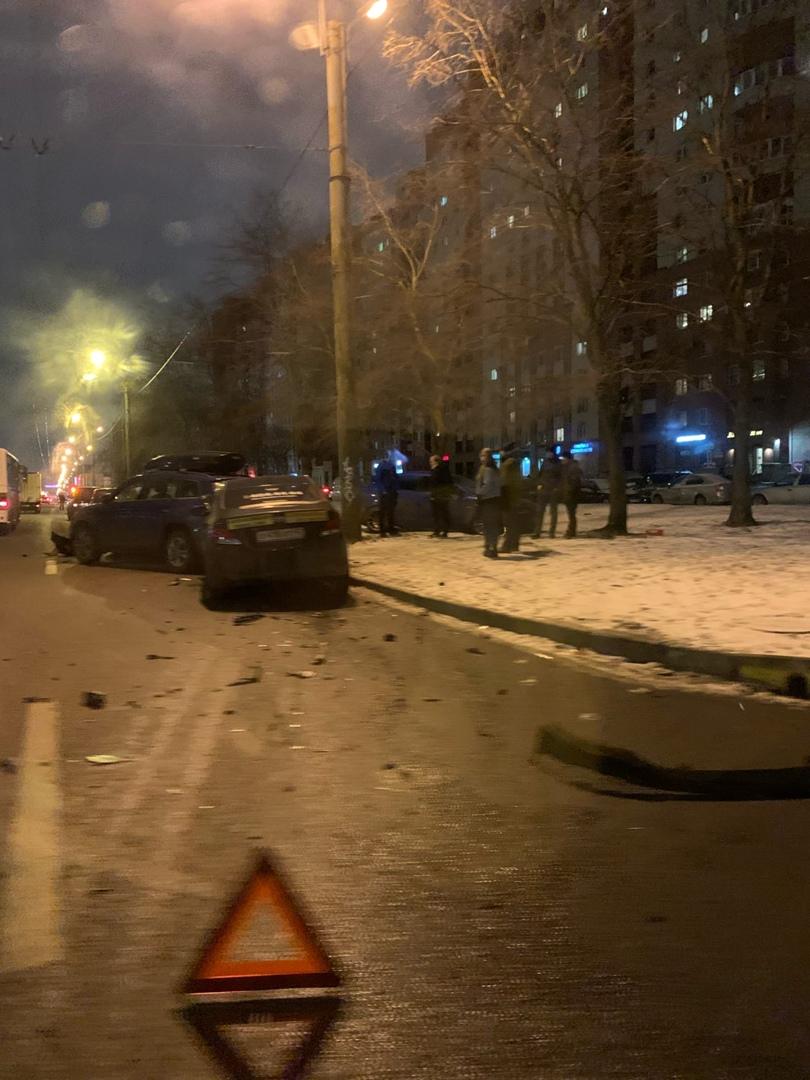 На перекрестке напротив дома 34 по Комендантскому проспекту Митсубиси собрал 3 автомобиля.