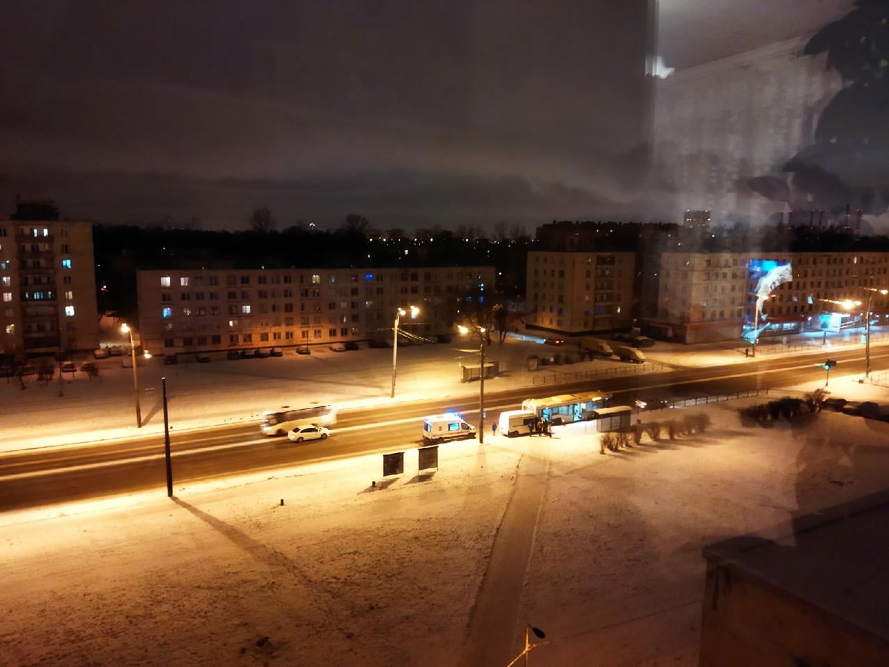 На Краснопутиловской у переезда белый седан тормознул в левой полосе, видимо сломался, микрик уворач...