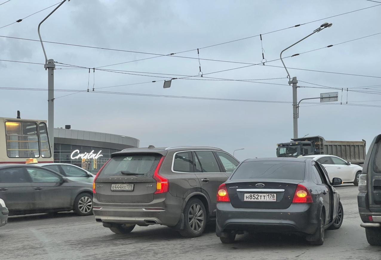 Ford и Volvo встали в среднем ряду при заезде на мост Ал.Невского со стороны Обводного канала