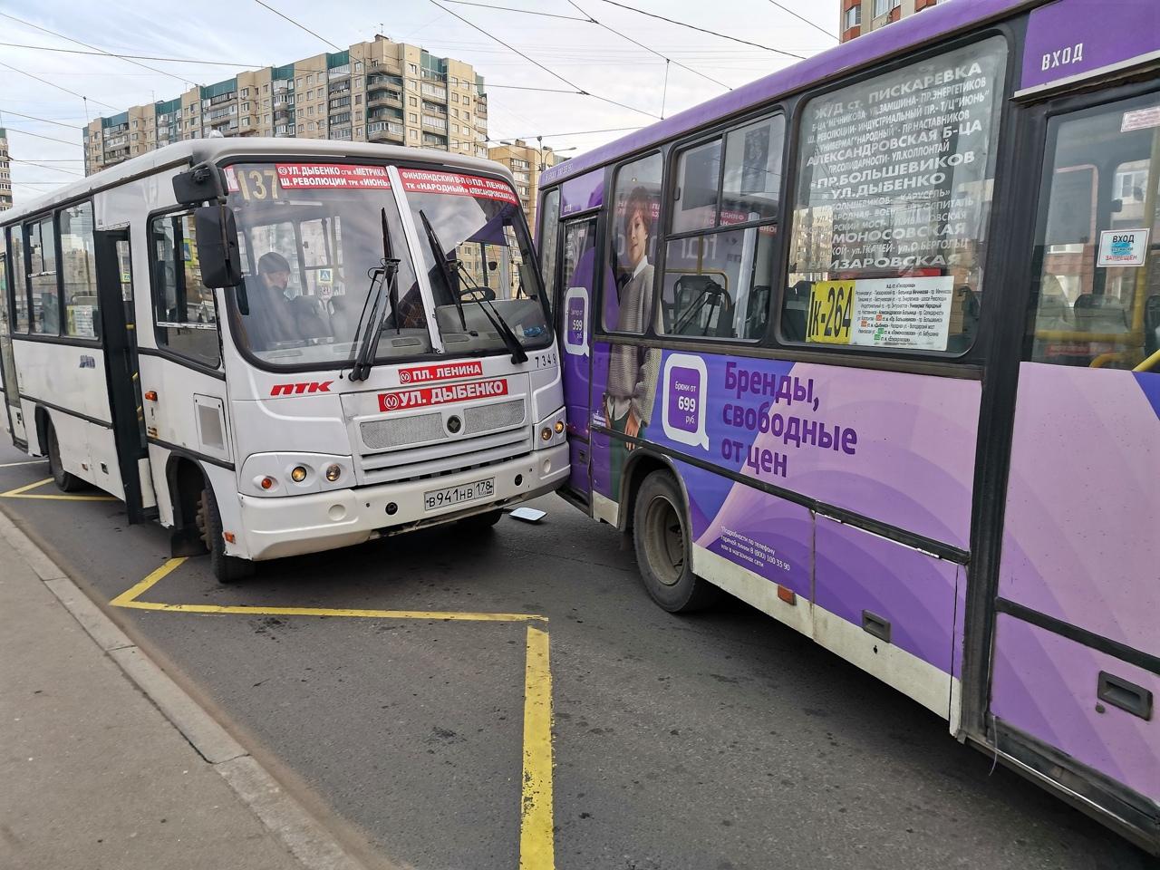 Две маршрутки не поделили пассажиров на остановке у дома 22 по пр. Наставников.