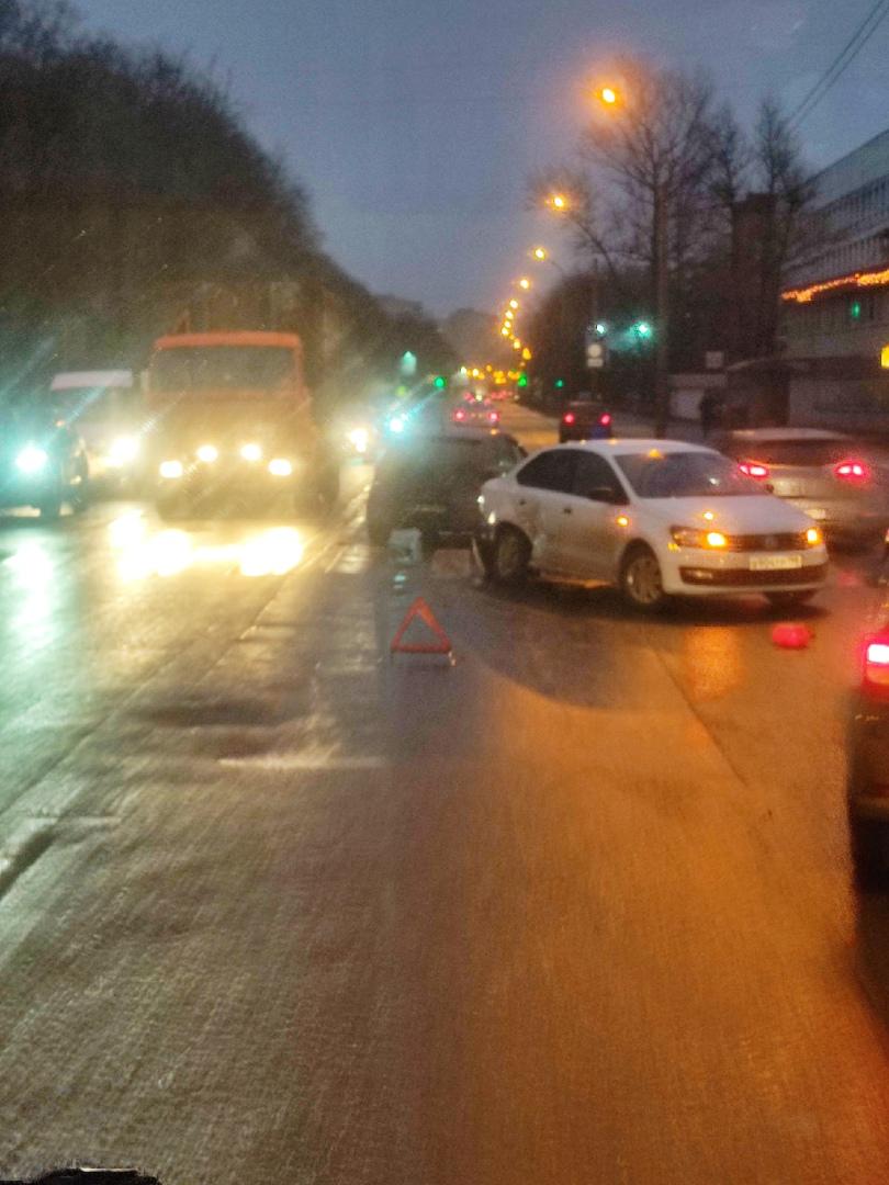 На перекрестке Полюстровского и Замшиной ДТП. Объезд по тротуару и очень большая пробка!