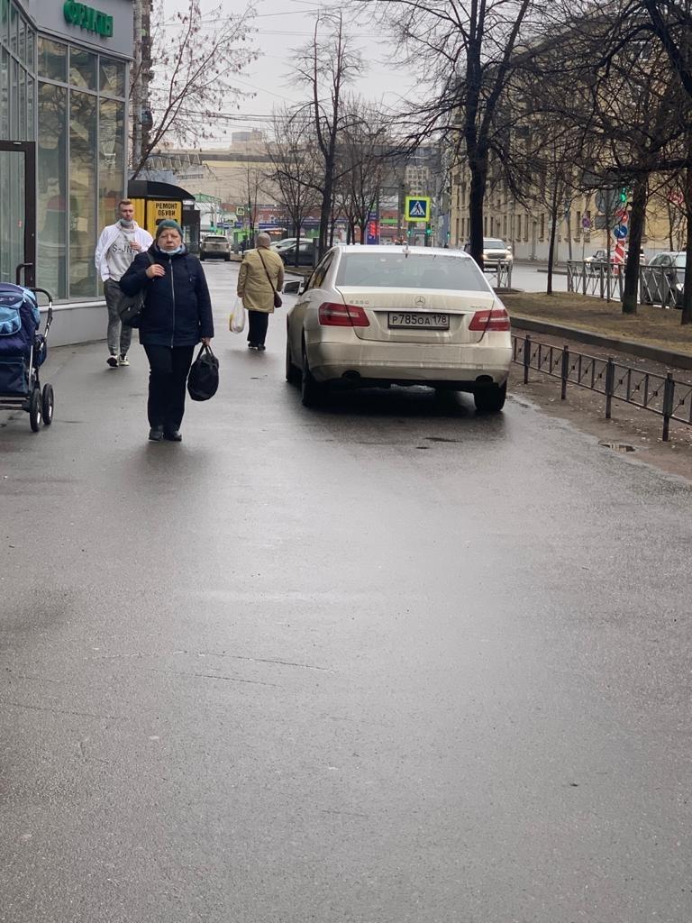 На Васильевском острове водитель набросился на женщину за сделанное ею замечание - она напомнила, чт...