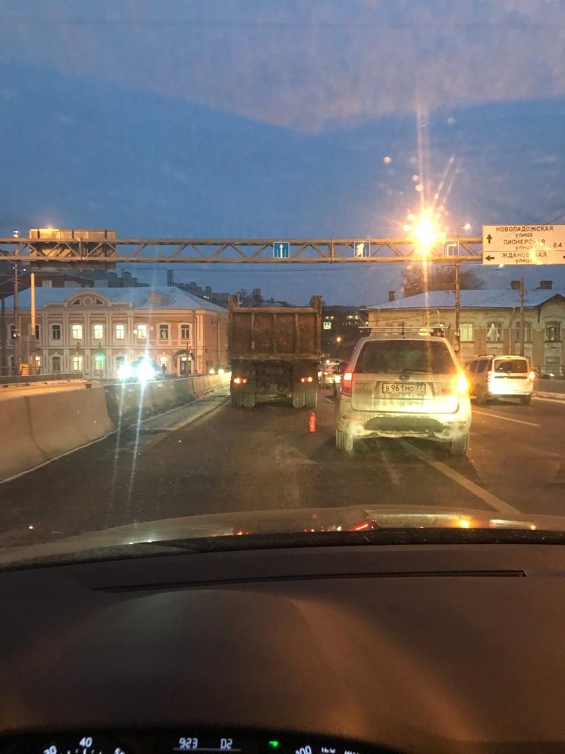 На съезде с моста Бетанкура в сторону Петроградской авария с грузовиком. Служб нет, пробка есть.