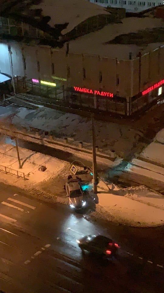 На Торжковской только что светофор одержал сокрушительную победу над автомобилем.