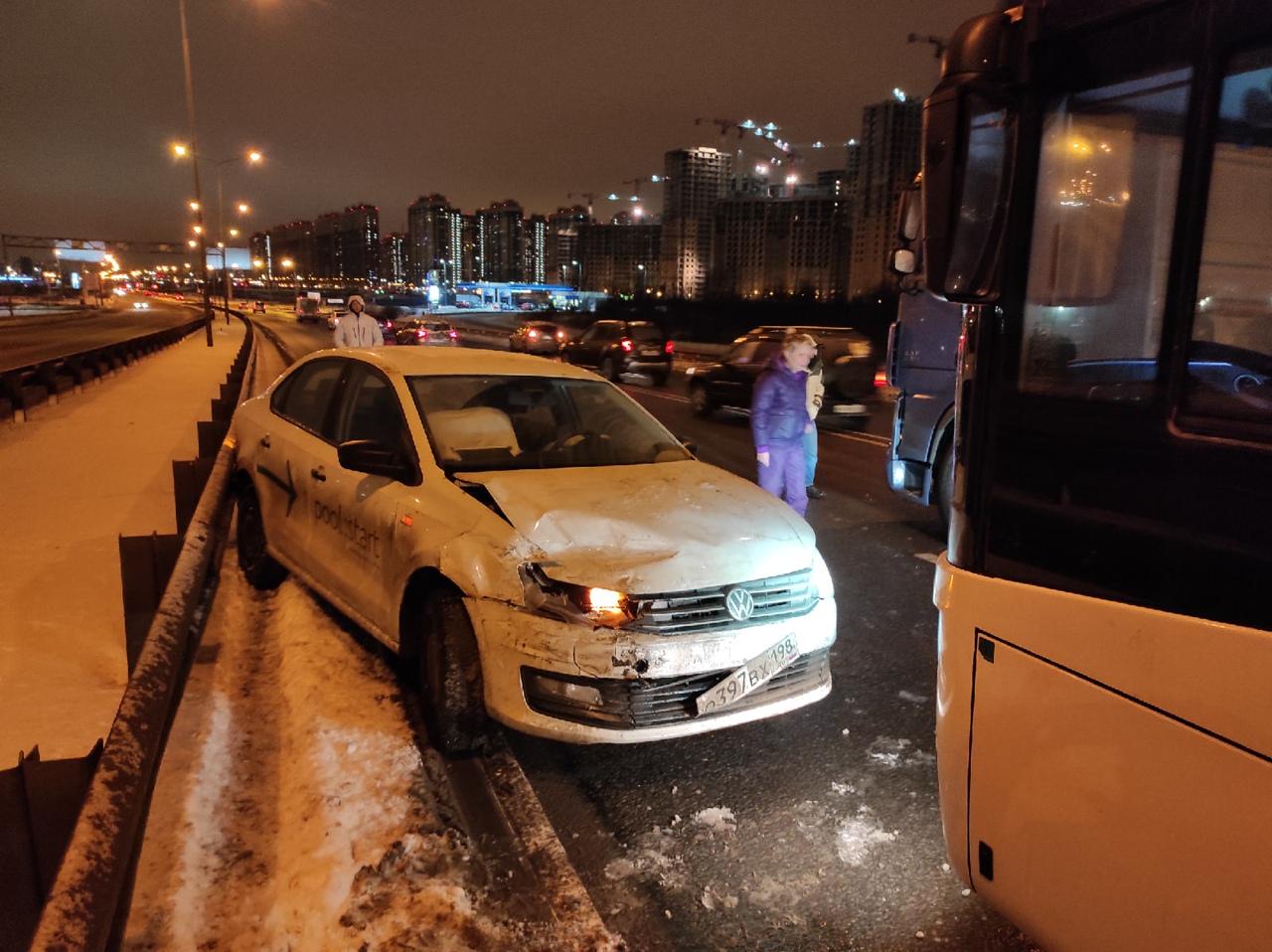 Экскурсионный автобус и кашеринг от Юдрайва столкнулись на проспекте Энгельса, на въезде в город.