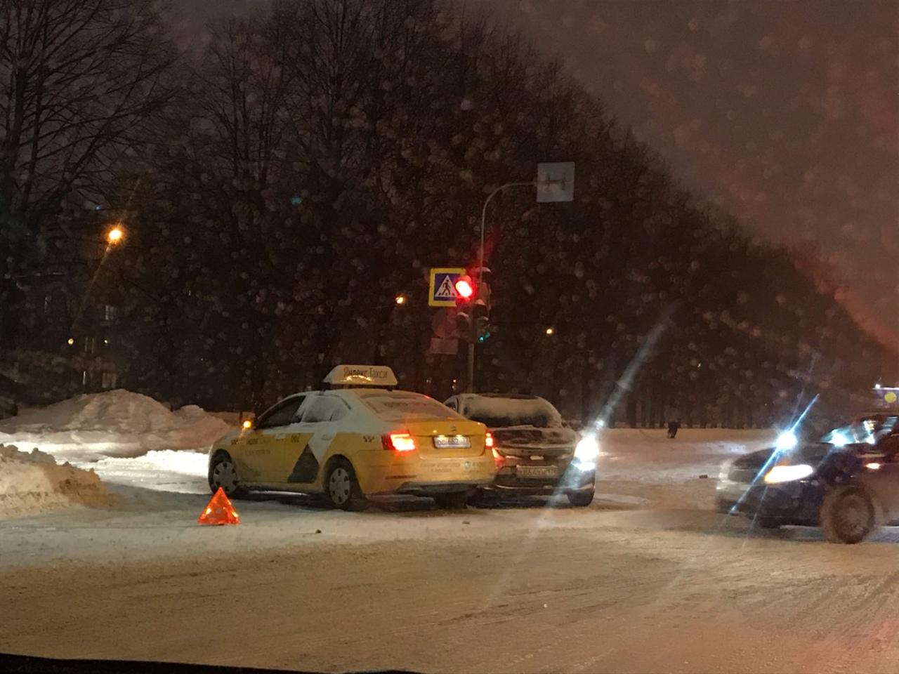 Авария на перекрёстке Полюстровского проспекта и Феодосийской улицы.