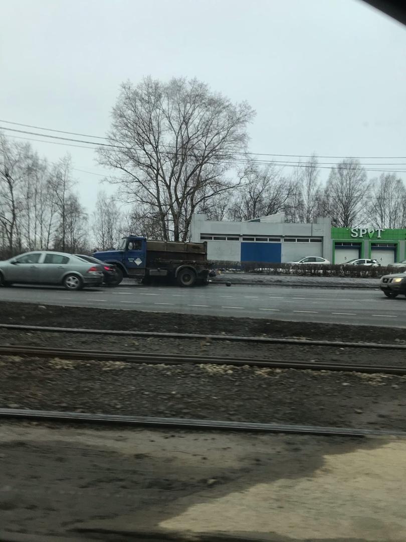 На пересечении Выборгского шоссе и Энгельса пухтовоз потерял свой пухто...