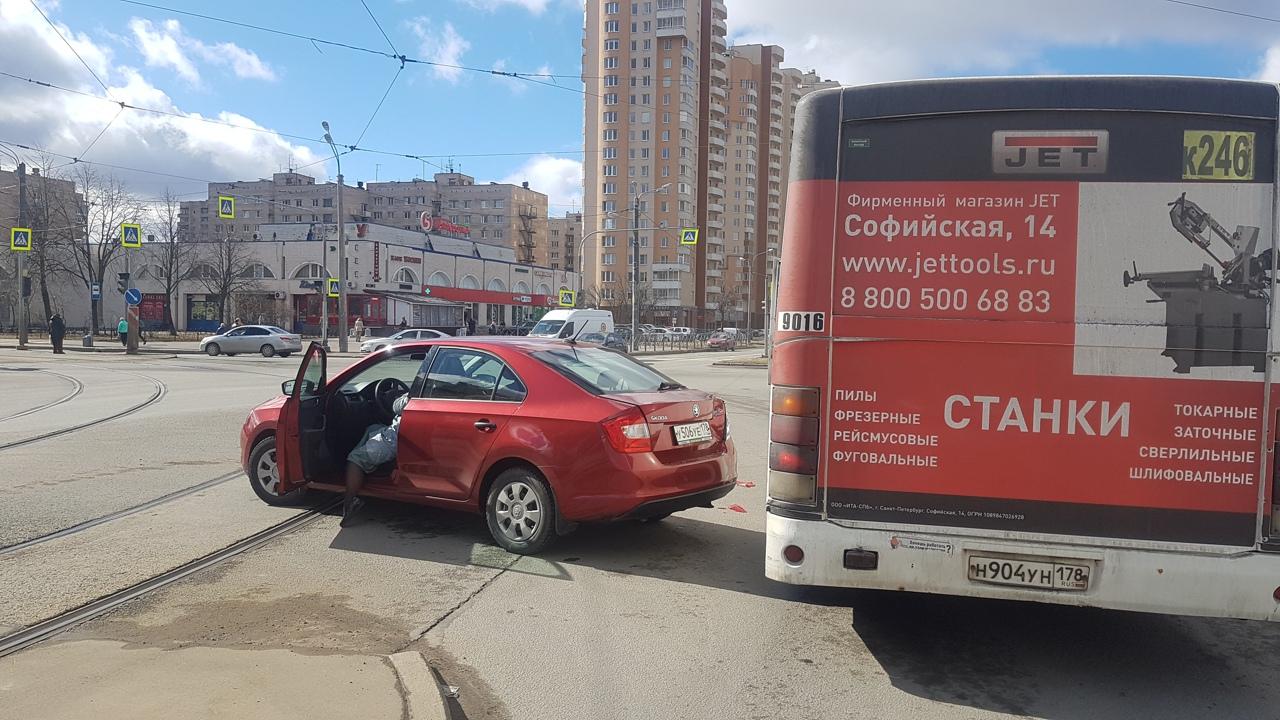 На пересечении Димитрова и Купчинской в сторону Купчино из-за аварии между легковушкой и маршруткой ...