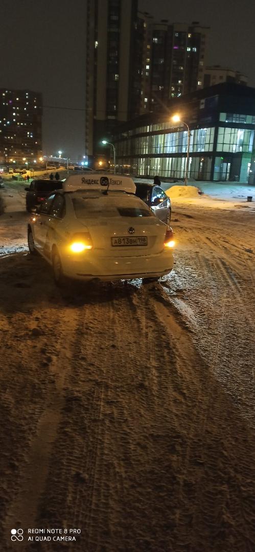 Вчера в 23:00 на Русановской у здания 13к1 столкнулись два легковых автомобиля Volkswagen и Nissan.