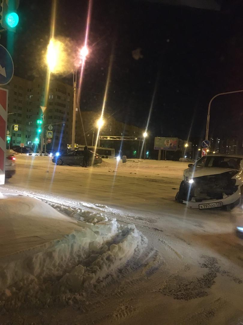 Авария на перекрёстке Репищевой и Вербной между Шкодой и VW Polo.