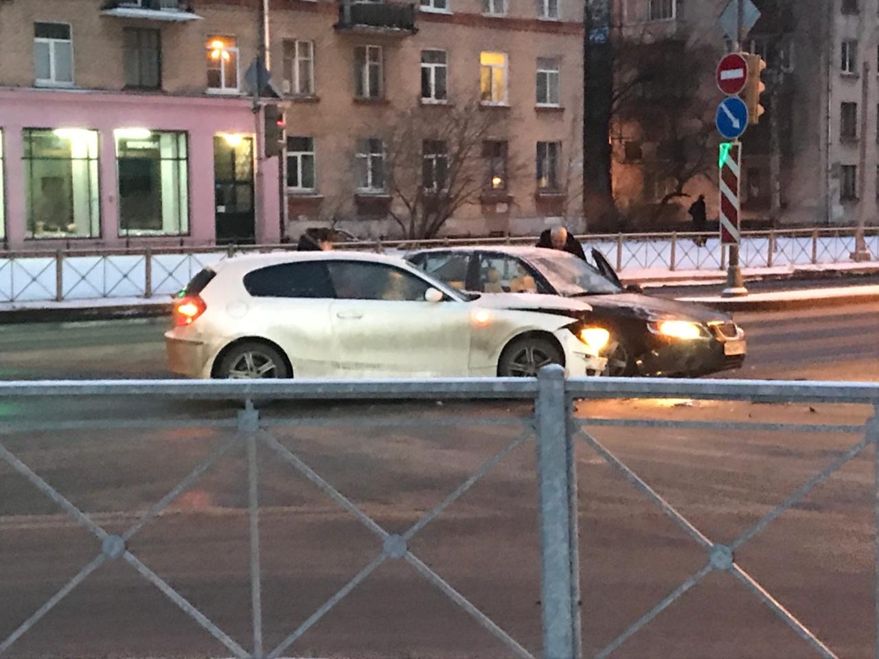 На перекрестке улицы Грибалёвой и Новолитовской. 06:35. Пожилой мужчина на Хонде решил что быстрее ...
