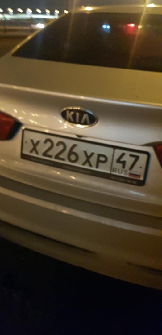 На Синопской набережной 38 в 21:09 двое лиц на KIA врезались в припаркованные машины. На вид были в...