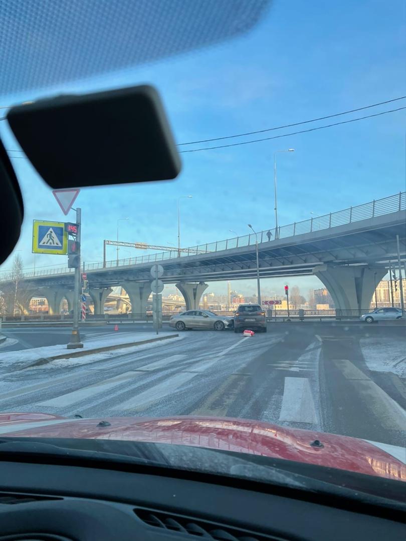 Mercedes въехал в Hyundai на съезде с моста Бетанкура на наб.Макарова