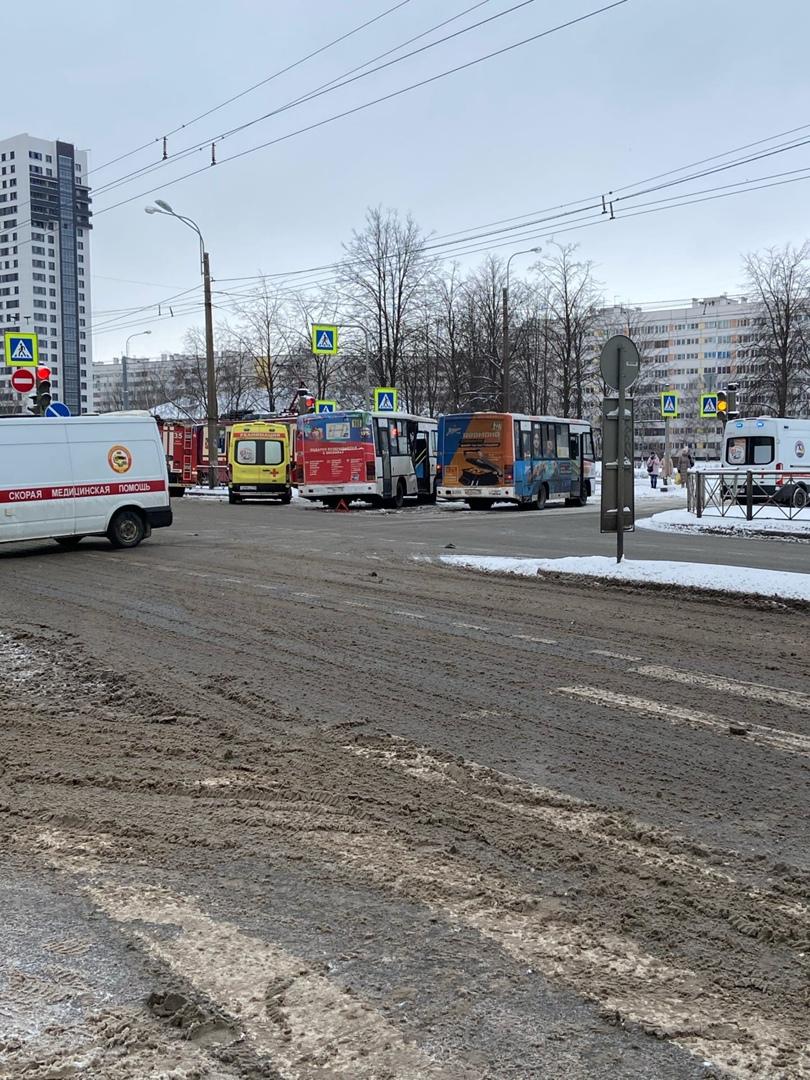 На пересечении проспекта Ветеранов и Здоровцева,похоже 165 не посмотрел,когда поворачивал. 52 трамва...