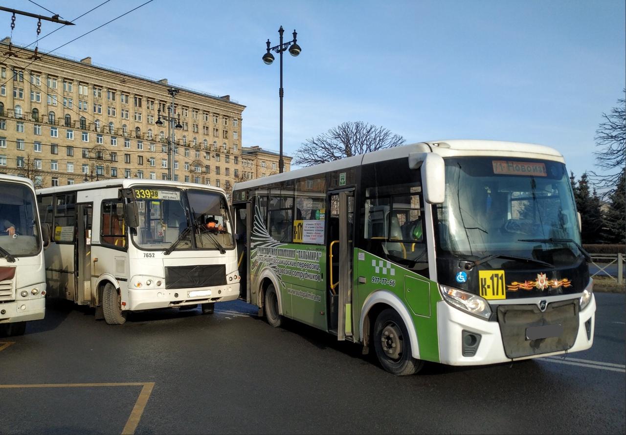Две жгучих маршрутки к-171 и к-339 прильнули друг к другу на Московской площади. Осознав, что может ...