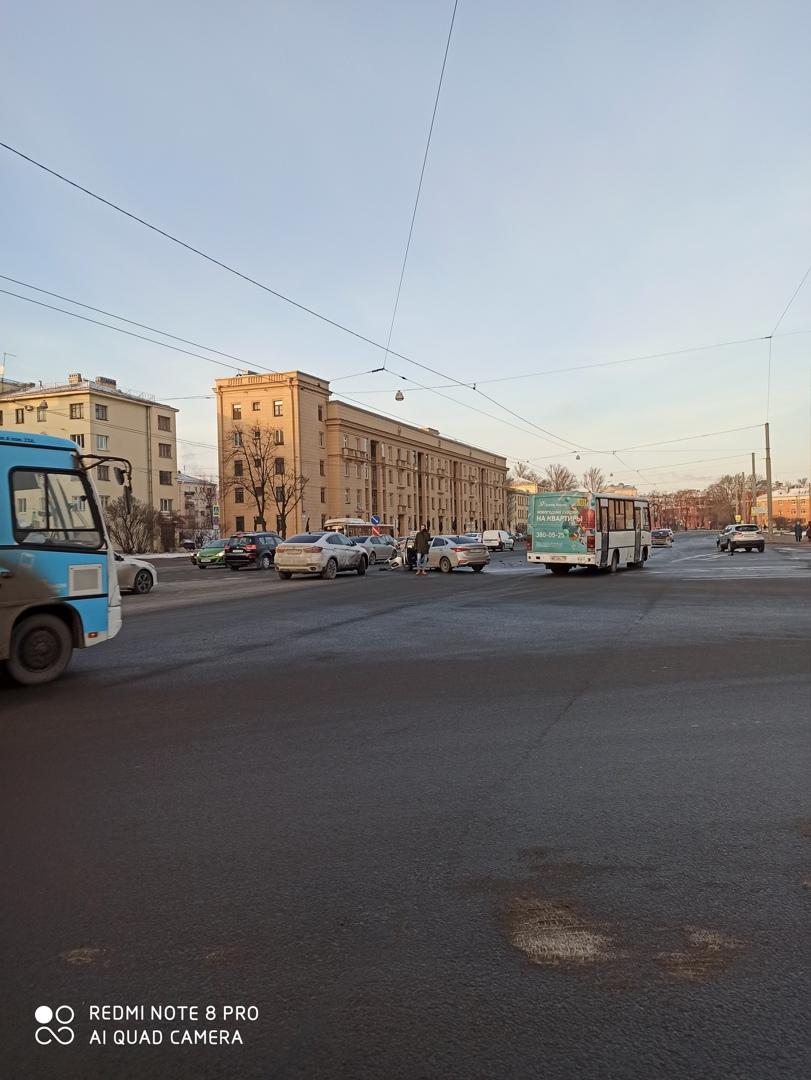 Авария на пересечении проспекта Стачек и улицы Швецова, в сторону Нарвской.