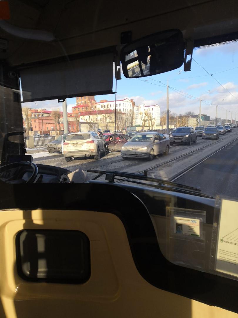 Две аварии произошли на перекрёстке Обводного канала и Бумажной улицы.