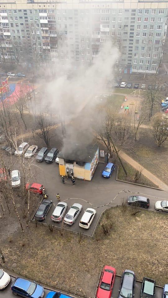 Во дворе дома 1 по проспекту Большевиков горит электрическая будка.