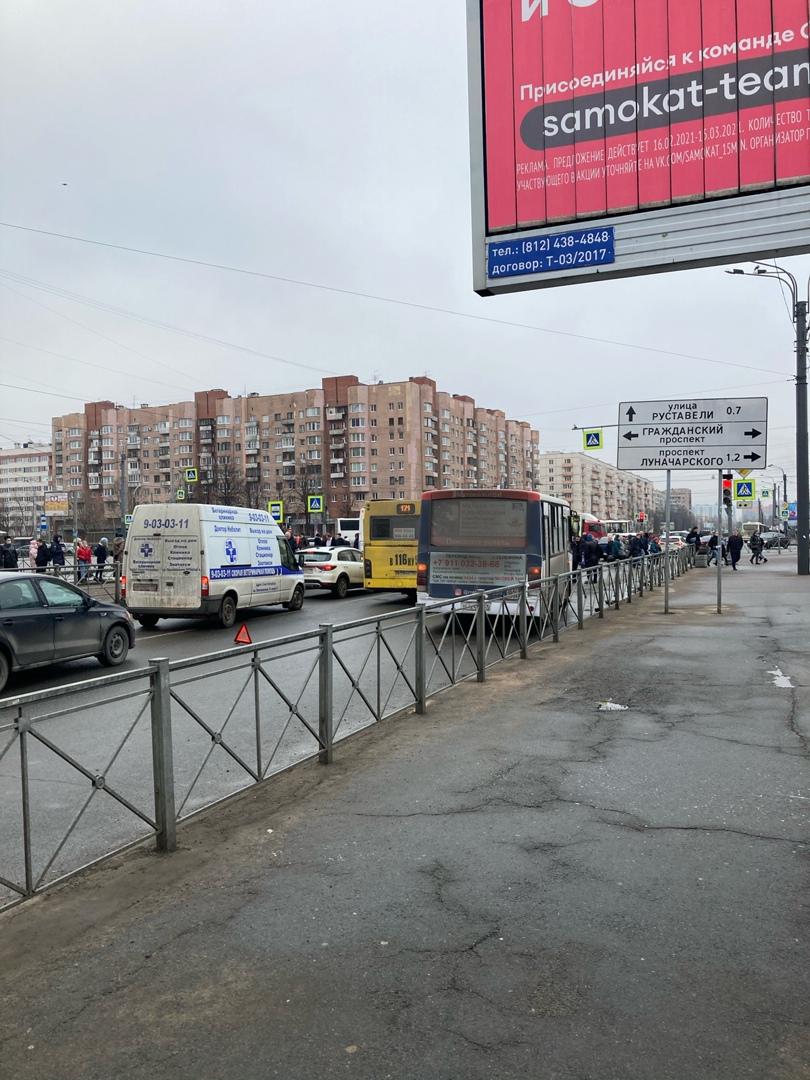 Автобус и обычная маршрутка не поделили выезд с остановки на перекрёстке Просвещения и Гоажданского,...