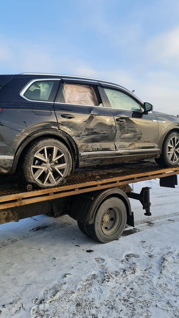 Сегодня на внешнем кольце КАД в 12:05. Второй участник аварии скрылся. Мы двигались на VW Tuareg во...