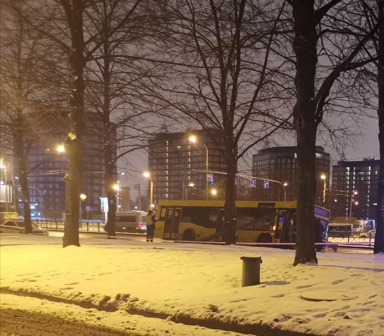 На Пискаревском, рядом с Полюстровским Утро 7.22 Автобус, видимо, на приличной скорости занесло на...