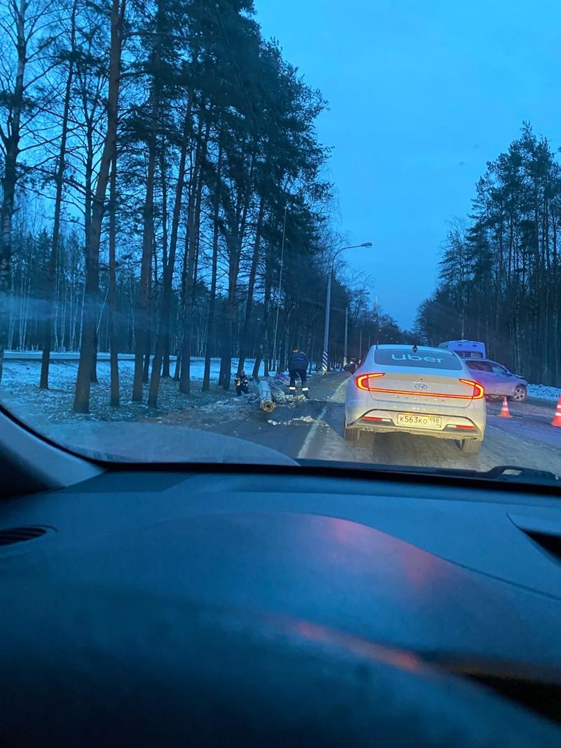 Кроссовер снес столб на Приморском шоссе, на полосе в сторону города. Пробка собралась большая