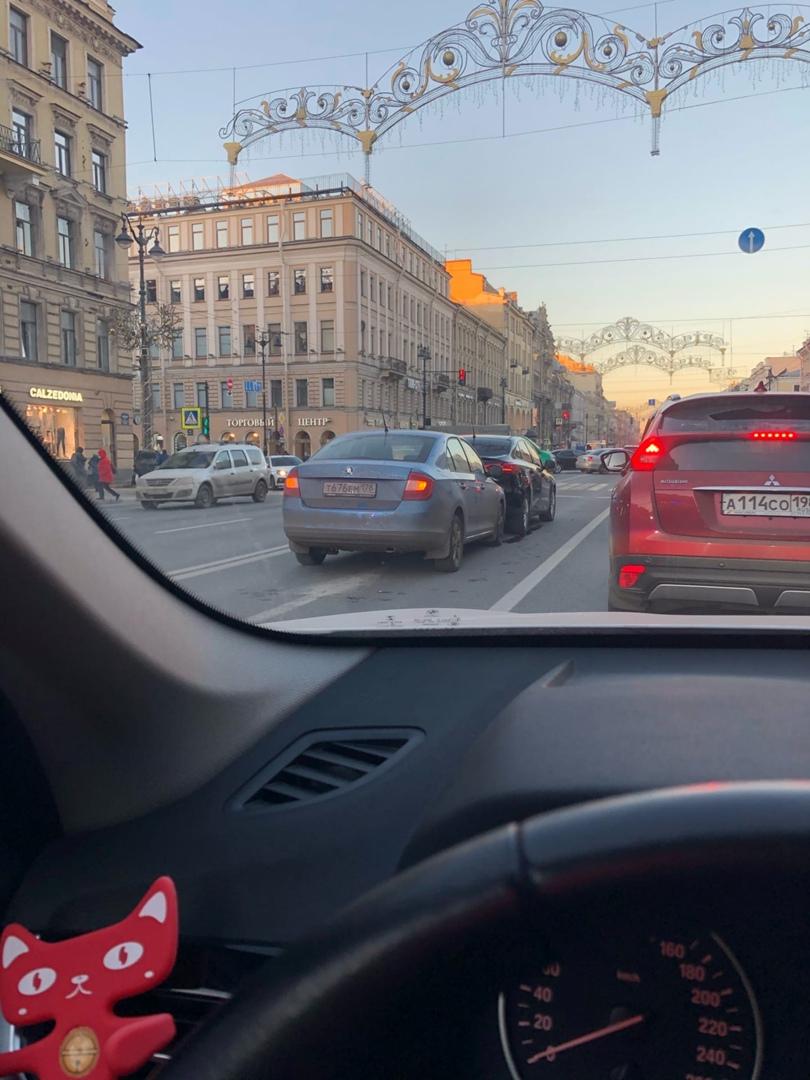 Утро на Невском , очередные целовашки почти на пустой дороге.
