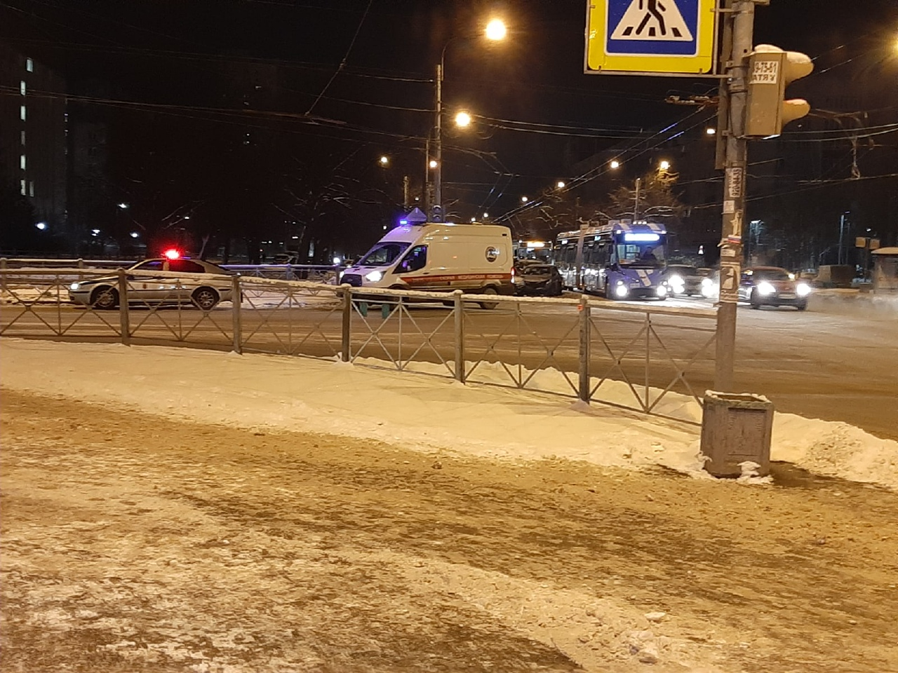 Сереьёзная авария на пересечении Гражданского проспекта и Гидротехников . 7 машин. Троллейбусы стоят...