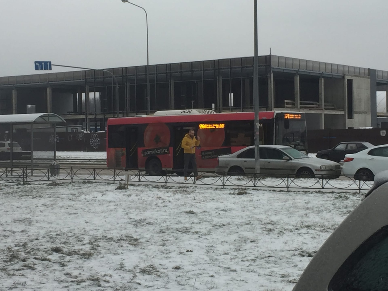 В г. Кудрово на Строителей 18, автобус въехал в Вольву. Гололед.