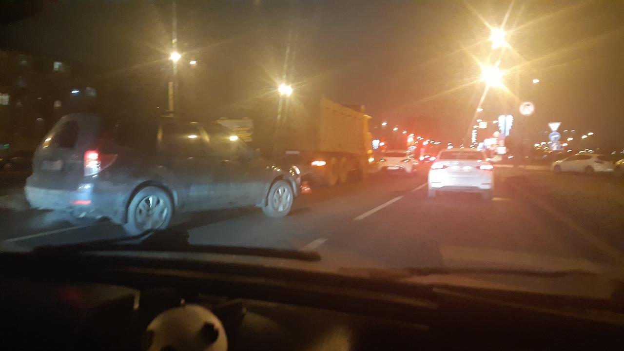 Самосвал зацепил сразу два автомобиля, в результате едем плотно по Дальневосточному к Новоселов.