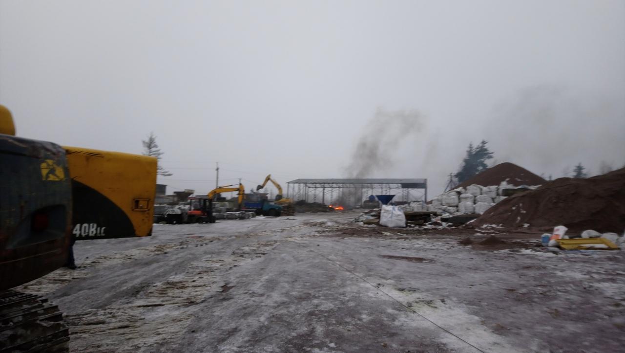 В массиве Скотное Всеволожского района области, за 100м до бетонного завода, неизвестные что-то жгу...