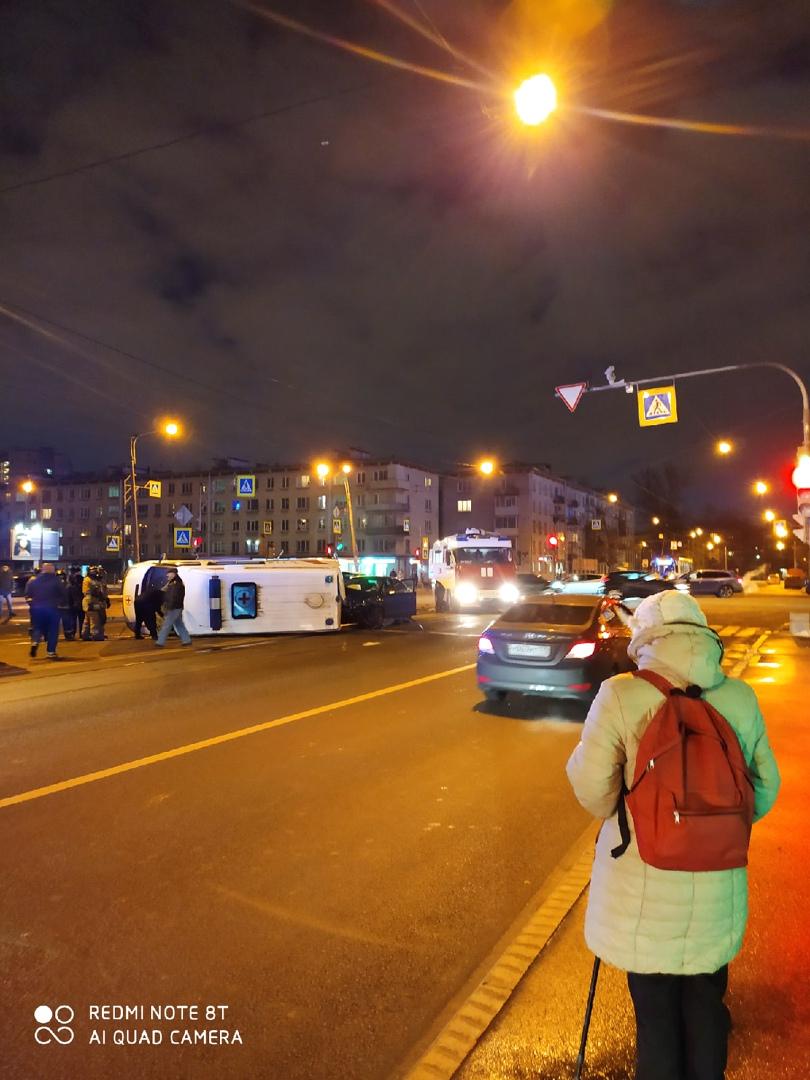 На пересечение Орджоникидзе и Ленсовета произошла авария со скорой. Карета скорой помощи перевернула...