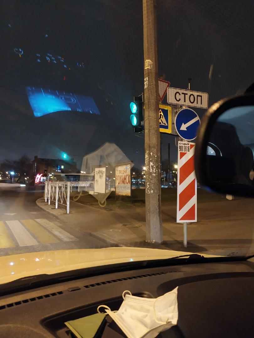Вот так установлен светофор в боковом проезде Стачек с Казакова у Континента.Вид с водительского мес...