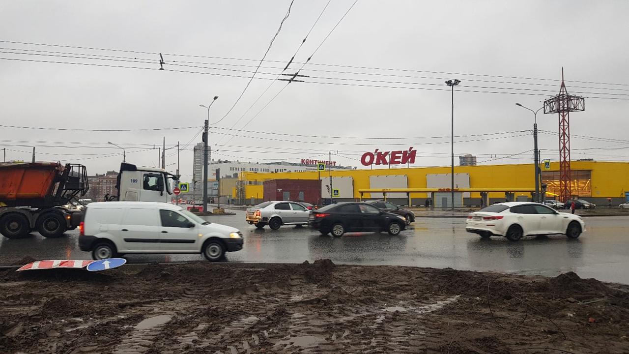 На пересечении Богатырского и Сизова не работает светофор. Все едут, но не без сложностей