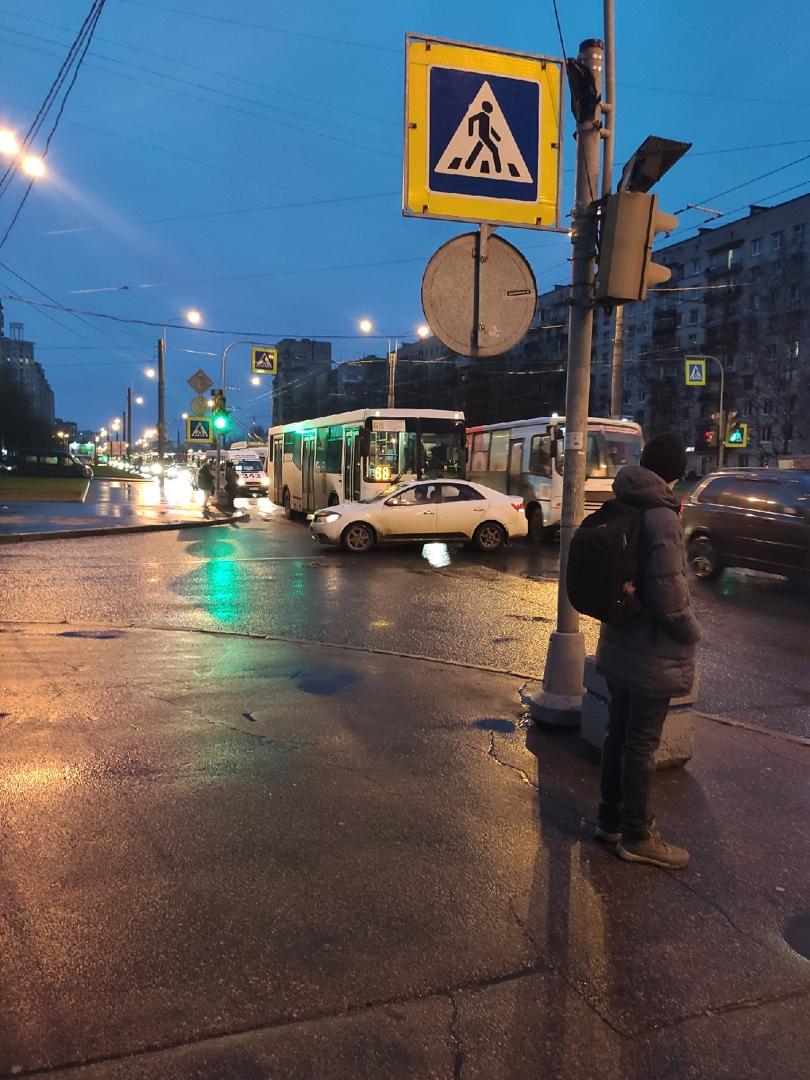 На перекрестке проспекта Ветеранов и Авангардной улицы собирается пробка из-за аварии между легковуш...