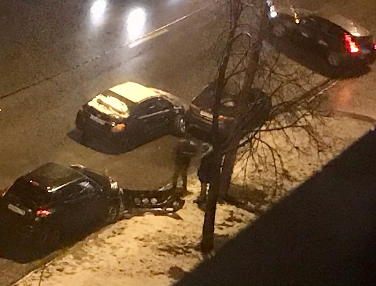 Вчера в 22:30, на Петергофском шоссе 1к1 водитель ситимобил протаранил 2 машины, подержался за голов...