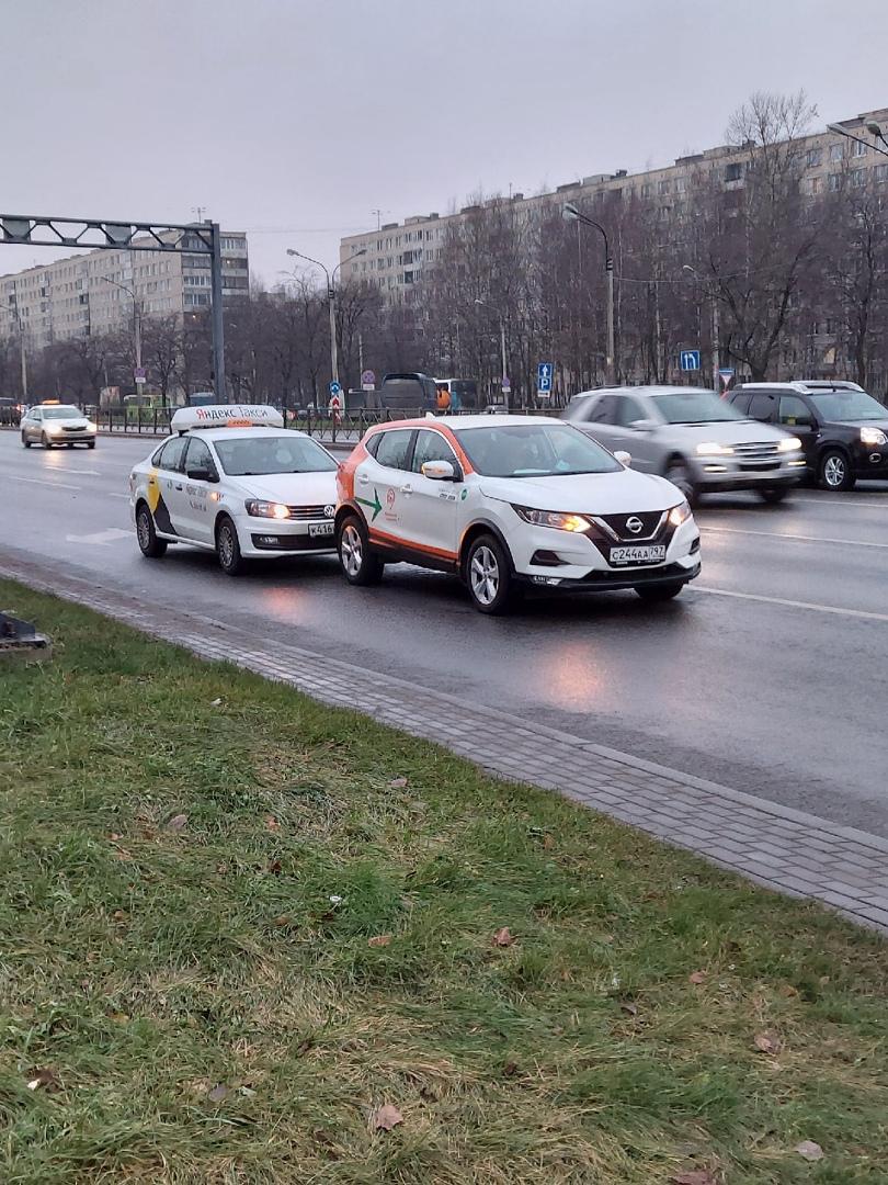 Два водителя столкнулись рядом с перекрестком Дунайского и Будапештской. Пока никому не мешают