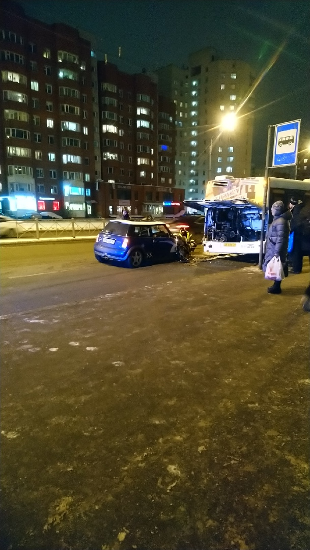 На Ленинском проспекте, сразу после Котина в сторону залива Мини Купер разбился об троллейбус. Проез...