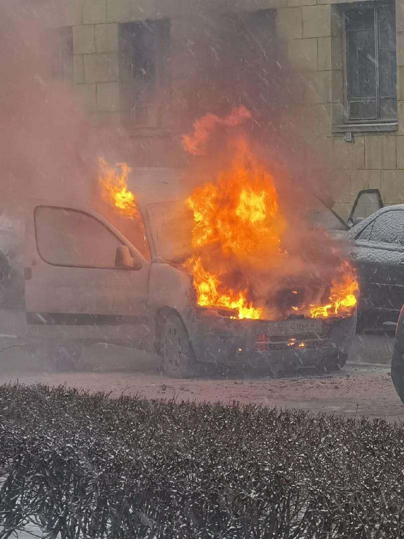 Горит Renault на улице Красного Текстильщика у дома 2.