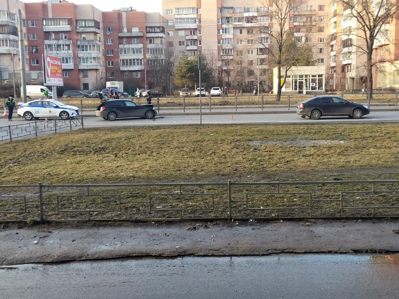 При выезде со двора Ленинский проспект 117, один не уступил дорогу, второй мчал. Пробки не будет