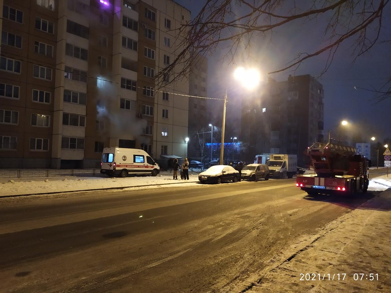 Пожар случился в доме номер 237 на проспекте Народного ополчения. Аварийная квартира находится на пе...