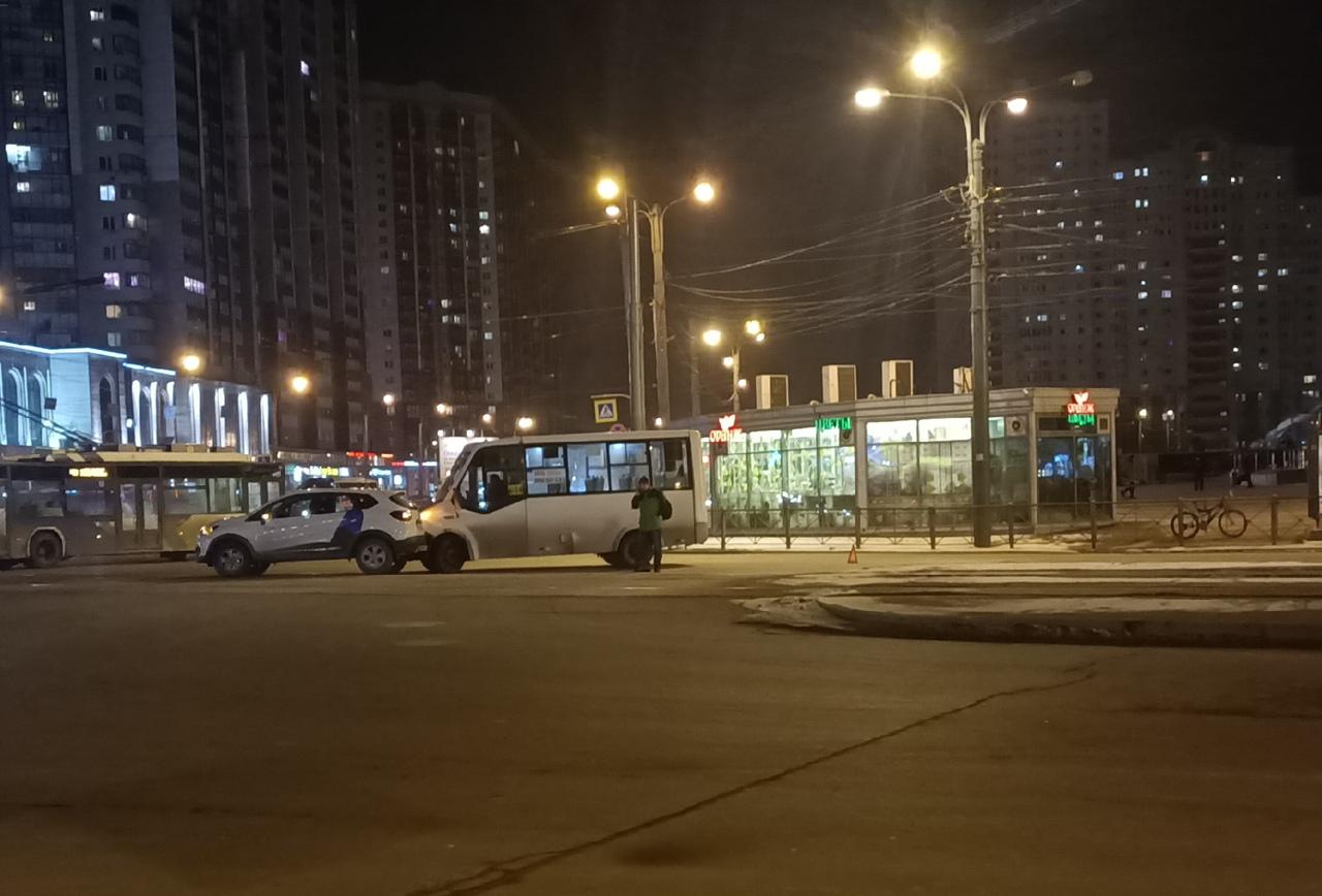Маршрутка и каршеринг устроили ДТП на перекрестке Коломяжского и Испытателей. Проезд трамваям заблок...