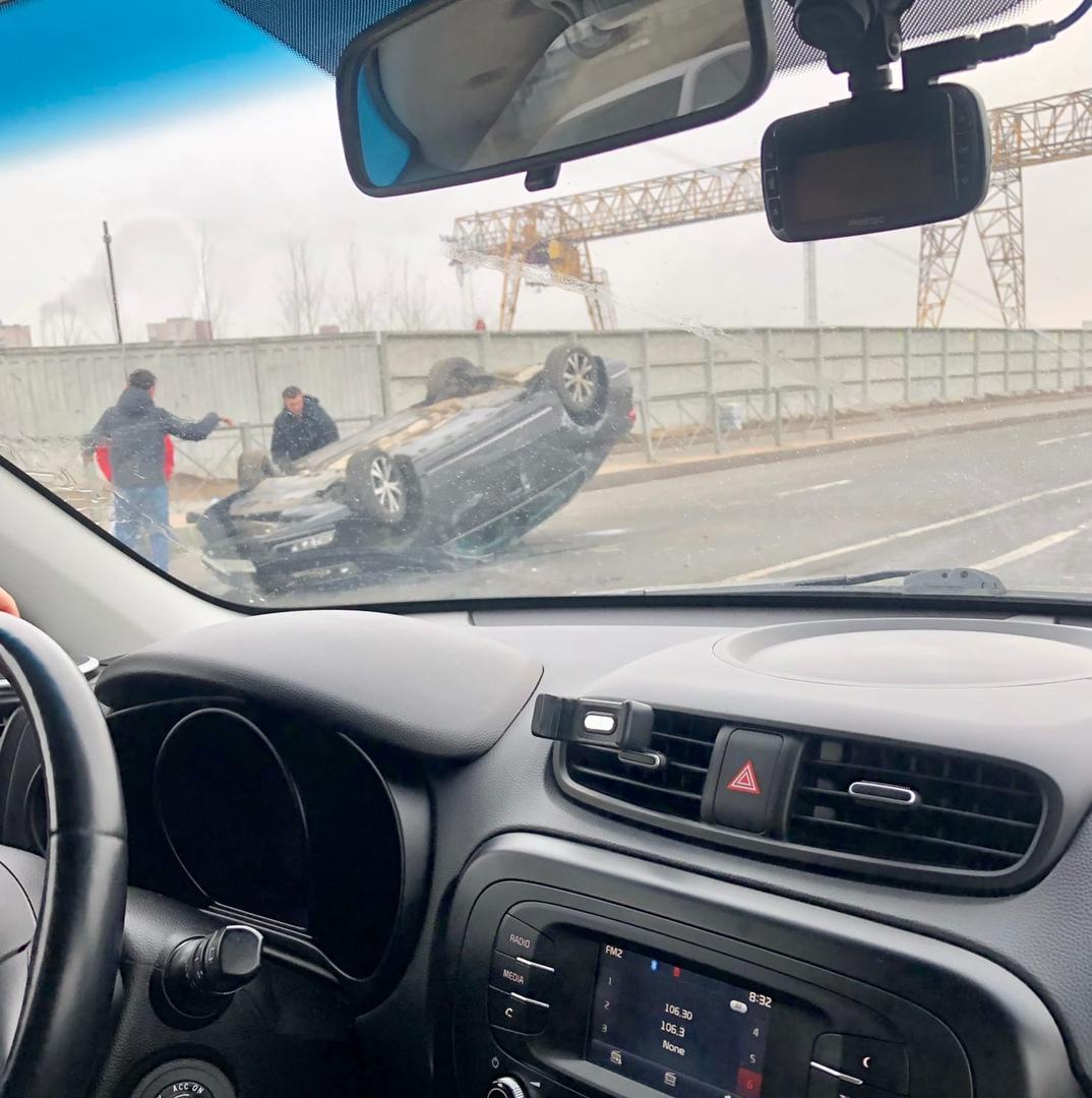 На Невельской улице автомобиль перевернулся на крышу