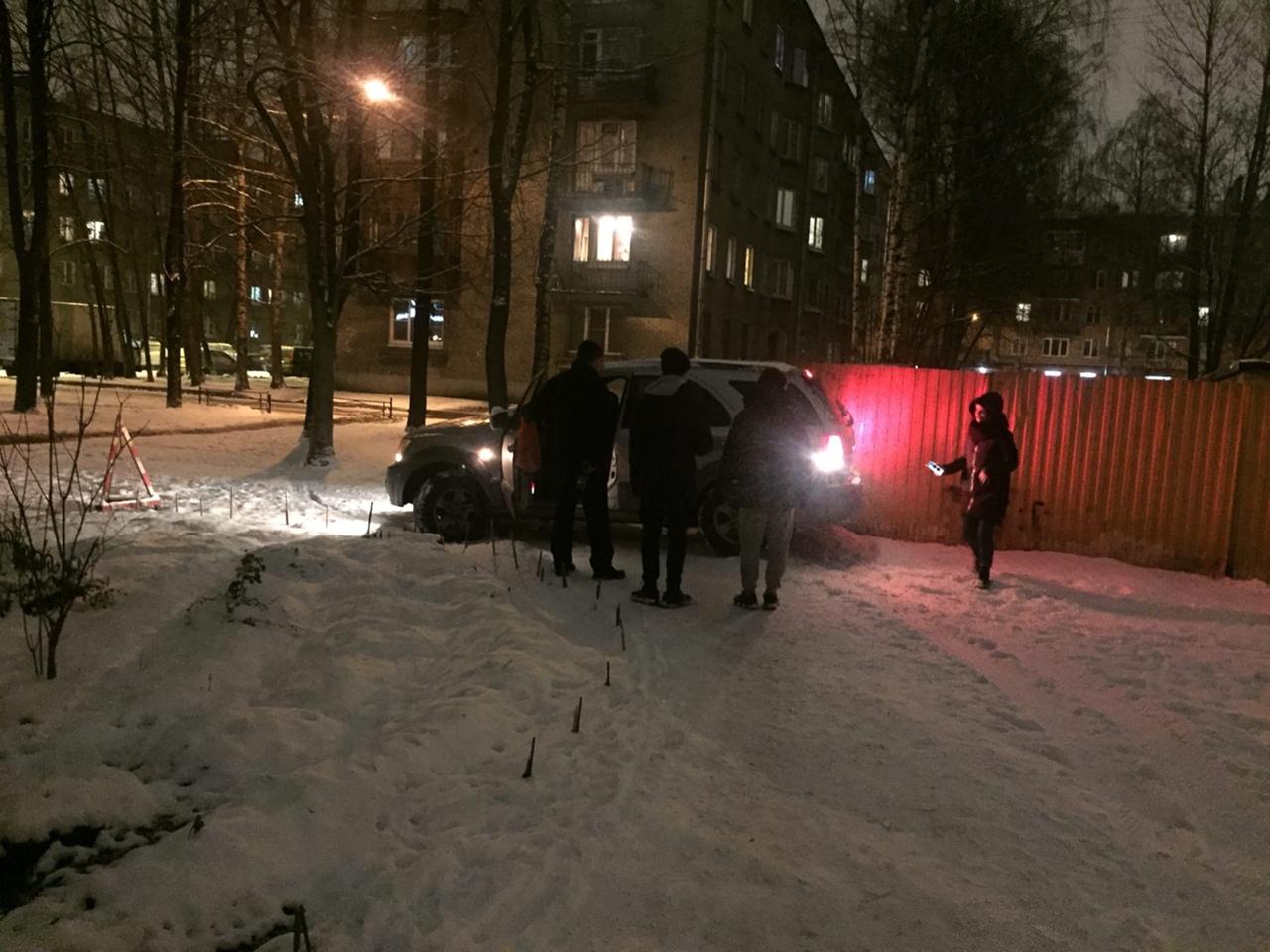 На Металлистов 126 мужик с признаками САО ехал по двору. Сотрудников вызвали.