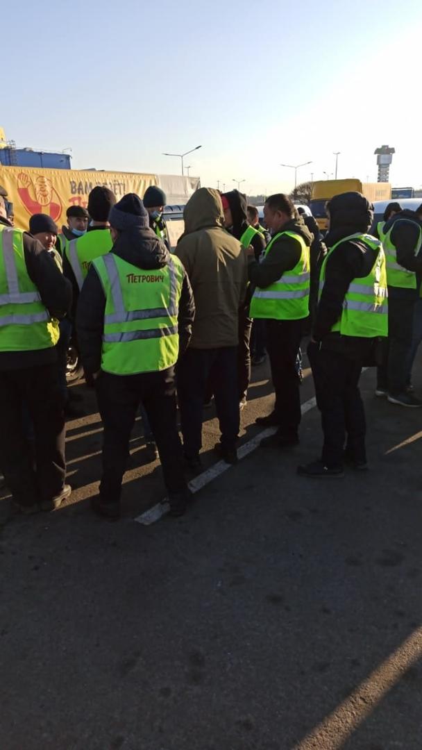 """Забастовка водителей """"Петрович"""" на Таллинском шоссе. Водители требуют достойных условий труда. Руков..."""