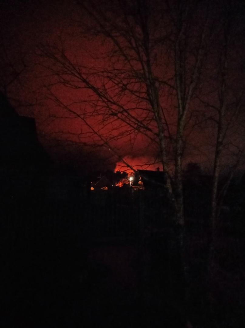 В садоводстве Полиграфист (Дунай), минут 20-25 горит частный дом, пожарные на месте.