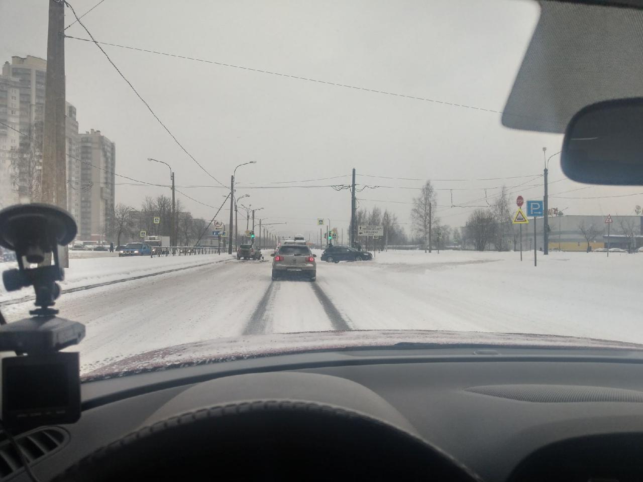 На перекрёстке Руставели и Киришской улицы Subaru улетел и цепанул Logan